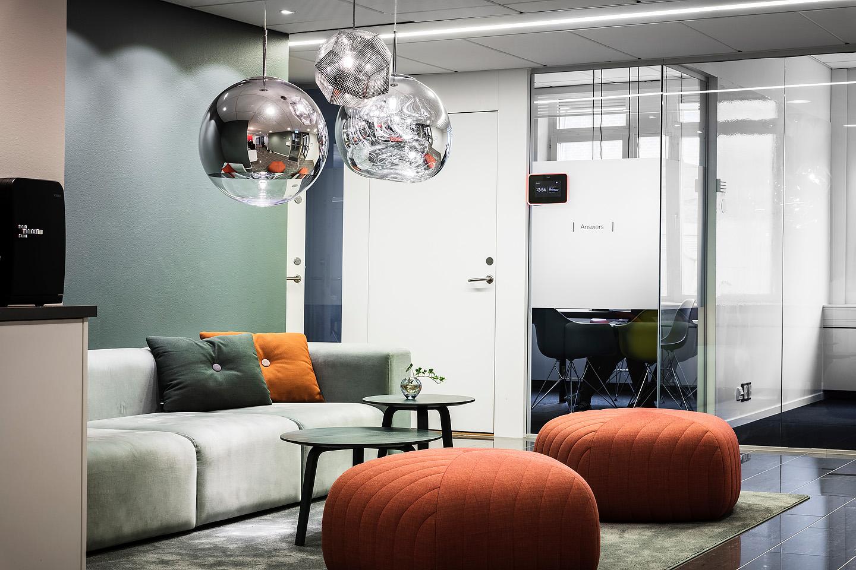 Tom Dixon lampor, desyt aloe vera, soffa bord Hay, puff Muuto, Studio A3